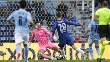 Chelseas Kai Havertz (M) geht an Citys Schlussmann Ederson vorbei und erzielt den Führungstreffer für seine Mannschaft.