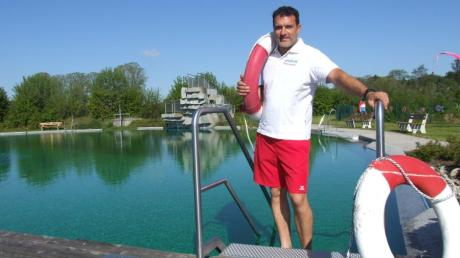 Gestartet ist die Saison im Naturfreibad Fischach. Bademeister Werner Schenk hat kurz vor der Öffnung noch die Rettungsringe platziert.