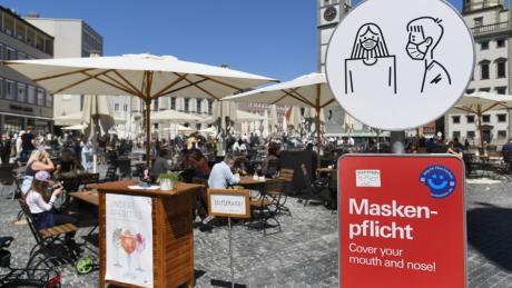Noch besteht auf dem Augsburger Rathausplatz eine Maskenpflicht. Die Stadt beabsichtigt, diese Regelung ab Mittwoch aufzuheben.