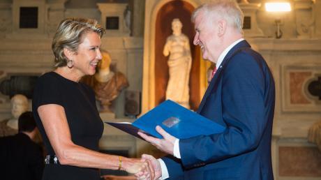 Da war die Stimmung noch besser: Gräfin Stephanie von Pfuel im Jahr 2016 mit Horst Seehofer, der ihr damals den Bayerischen Verdienstorden überreichte.