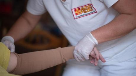 Nach langem Streit hat die große Koalition noch eine Pflegereform mit einer besseren Bezahlung von Pflegekräften auf den Weg gebracht.