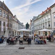 Zuletzt pendelte die Corona-Inzidenz in Augsburg um einen Wert von 30. Nun sinkt die Zahl unter die 20er-Marke.