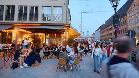 In der Augsburger Maximilianstraße darf dank des stabilen Inzidenzwertes unter 50 die Innengastronomie mit Speiseangebot öffnen.