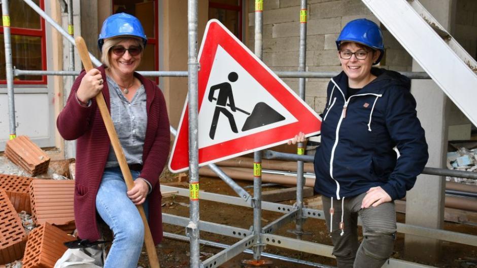 Eng in Planung und Bauausführung eingebunden sind Kindergartenleiterin Christine Zöpf-Aumüller rechts und ihre Stellvertreterin Jutta Schnell.