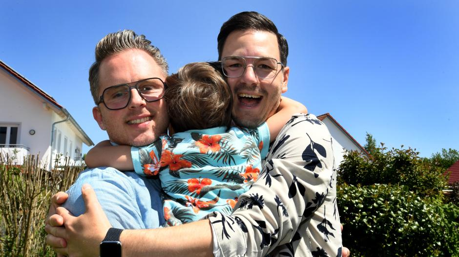 Eine Einheit: Bjoern (links) und Christian sind seit zweieinhalb Jahren die Pflegeeltern von Lukas.