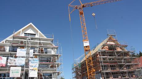 """Die beiden zur Hauptstraße gewandten Gebäude des """"Neuen Schorerhofs"""" in Langerringen haben die Firsthöhe erreicht."""