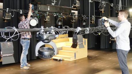 Auf die Bühnentechnik muss im Kulturzentrum Vöhringen absolut Verlass sein. Ein Job für Willi Hofstetter (links) und Norman Meier.