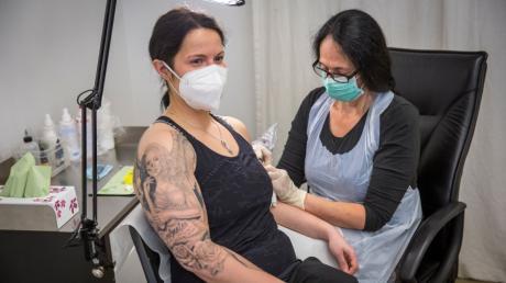 Das Tattoo von Nadine Fleischhacker ist vor dem Lockdown nicht fertig geworden.  Tätowiererin Sabine Nagl aus Dießen legt deshalb noch einmal Hand an.
