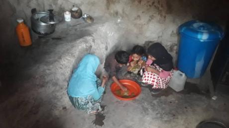 Die jemenitische Bergregion Al Mihlaf zählt zu den ärmsten des Landes. In den typischen Berghäusern gibt es weder Strom noch fließendes Wasser. Oft leben Mensch und Tier zusammen in einem fensterlosen Raum.