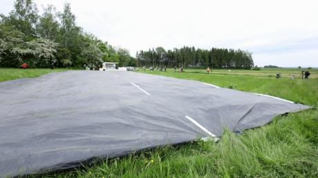 Eine 360 Quadratmeter große Folie verdeutlichte beim Pressetermin am Samstag nahe des Keltengehöfts bei Deubach die Dimensionen der geplanten B16 Ost. Naturschützer und Landwirte sind gegen den Bau der Trasse östlich von Ichenhausen.