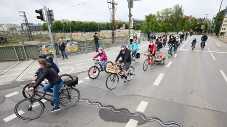 Rund 250 Radler beteiligten sich am Sonntag an einer Demo zur Verkehrswende. Weitere 100 Interessenten mussten wegen der Corona-Auflagen abgewiesen werden, so die Veranstalter.