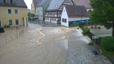 Die Wassermassen haben auch am Kalteck in Wertingen gewütet. Dort rissen die Fluten Granitsteine aus dem Weg.