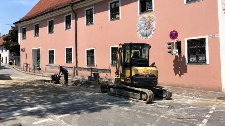 In der Dießener Herrenstraße gibt es ein Wasserleck. Während der Reparaturarbeiten