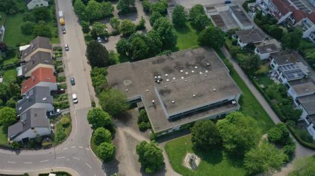Das Gelände der alten Mehrzweckhalle in Gerlenhofen soll neu bebaut werden. Doch die Frage ist: Was kommt dorthin? Ein Pflegeheim? Seniorenwohnungen? Ein Kindergarten?