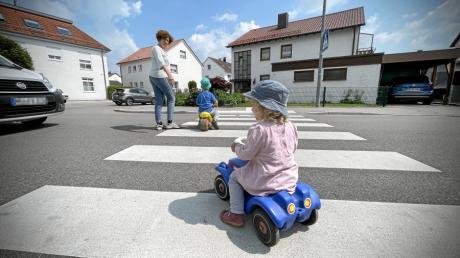 Die Stadt Neu-Ulm will für mehr Sicherheit für Kinder im Straßenverkehr sorgen. Dazu muss auch an mehreren Zebrastreifen etwas gemacht werden.