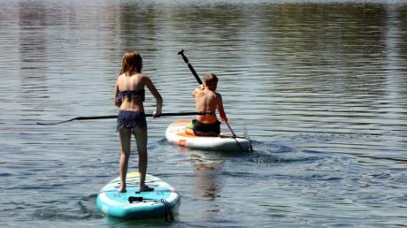 Stand-up-Paddling ist an vielen Seen im Wittelsbacher Land verboten, darunter am Weitmannsee und am Friedberger See.