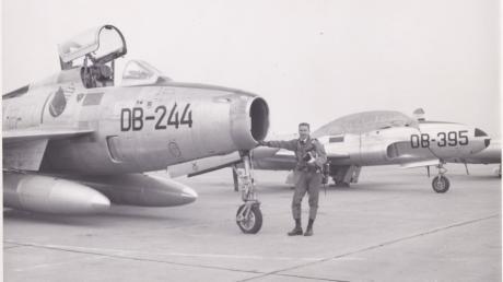 Der 24-jährige Oberleutnant  Friedrich Conrad mit  zwei  Jagdbombern  vom Typ F-84F.