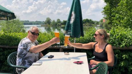 Am Oberrieder Weiher freuen sich vor allem Radfahrer wie Manfred Kübler und Lena Schauer über eine Pause auf der Terrasse.