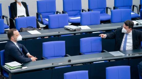 Jens Spahn (CDU) und Hubertus Heil (SPD) streiten sich über den Gebrauch minderwertiger Schutzmasken.