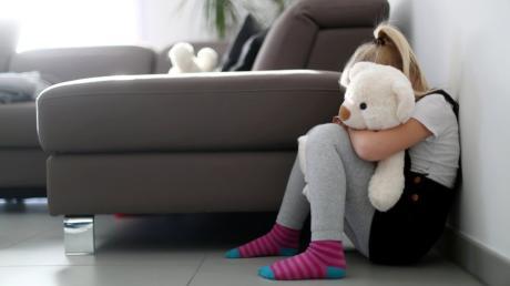 Früher fröhlich und glücklich, jetzt traurig: Ein Mädchen wird von ihrem Onkel im Kreis Günzburg mehrfach sexuell missbraucht. Jetzt wurde der 33-Jährige verurteilt.