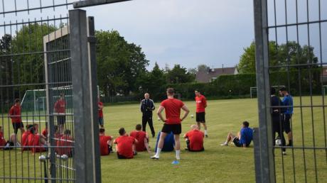 Über Monate hinweg waren die Tore der Sportanlagen verschlossen. Nun dürfen die Fußballer wieder auf den Rasen. Beim Landesliga-Aufsteiger hat Trainer Gerhard Hildmann das Kommando übernommen.