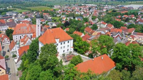 Das Schloss überragt die Burgauer Innenstadt und die ganze Gegend. Neben dem markanten Hauptgebäude gibt es auch noch ein Nebengebäude. Der Innenhof wird gerne für Veranstaltungen genutzt. In Sichtweite ist hier der Turm der Stadtpfarrkiche am Kirchplatz.