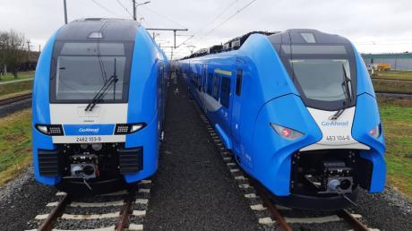 Ab Dezember 2022 fährt der neue Betreiber Go-Ahead mit Zügen der Firma Siemens zwischen Augsburg und München. Im Bild links der Desiro HC und rechts der einstöckige Mireo.