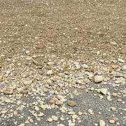 Bei Hausen hat sich ein Unfall mit einem Kieslaster ereignet. Derzeit ist die Staatsstraße 2026 in Richtung Zaisertshofen gesperrt.
