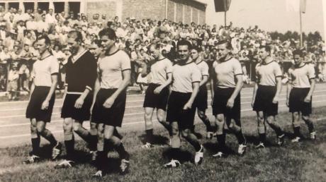 Beim Eröffnungsspiel im Stadion an der Sportallee 1957 war Josch Klemm (3. von links) im Team des TSV Gersthofen mit dabei.