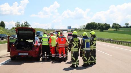 Ein Lkw-Fahrer übersah beim Spurwechsel das Auto einer 27-Jährigen und flüchtete von der Unfallstelle auf der A8 bei Unterknöringen.