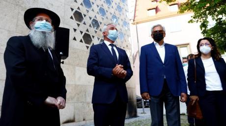 Rabbiner Shneur Trebnik, Minister Thomas Strobl und Oberbürgermeister Gunter Czisch vor der Synagoge in Ulm, auf die am vergangenen Samstag ein Brandanschlag verübt wurde.