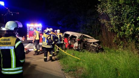 Das Auto geriet bei dem Unfall auf der B17 in Brand.
