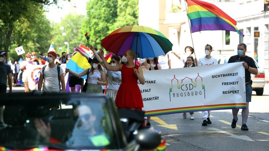 """Rund 300 Teilnehmer waren am Samstag bei der """"Polit-Parade"""" zum Christopher-Street-Day in Augsburg dabei."""