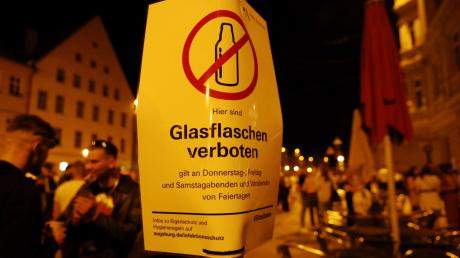 In der Maximlianstraße feiern derzeit an den Wochenenden hunderte Menschen.