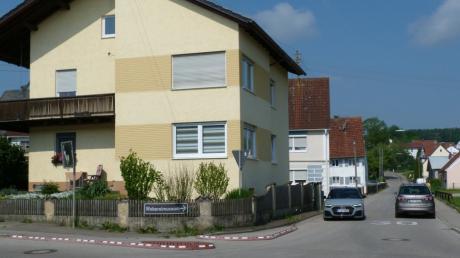 Ein Stein des Anstoßes für viele Verkehrsteilnehmer: der Schutzbau zur Überquerung der Friedhofstraße an der Einfahrt von der Wäckerlestraße.