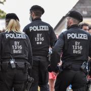 Beamten der Bereitschaftspolizei kontrollierten am Samstagabend in der Landsberger Innenstadt.