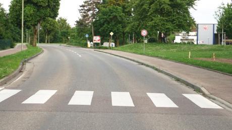 Dieser Fußgängerüberweg in der Sportparkstraße suggeriere Sicherheit, die aber nicht gegeben sei, war die vorherrschende Meinung im Bauausschuss.