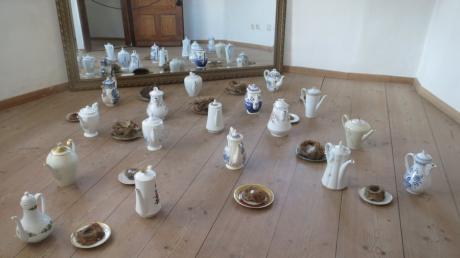 """Die Vergänglichkeit ist Thema der Ausstellung """"Was bleibt"""" im Köglturm in Aichach. Kaffeekannen und Vogelnester stehen für Nicole Mahrenholtz für Behausung. Sie setzt sie in ihrer Installation miteinander in Beziehung."""