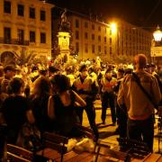 In der Nacht zum Samstag in der Augsburger Maximilianstraße: Hunderte feiern überwiegend friedlich, doch immer wieder muss auch die Polizei eingreifen.