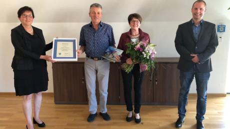 Bürgermeisterin Christine Gumpp (links) und Stellvertreter Johannes Gollinger (rechts) würdigten im Ellgauer Rathaus den langjährigen Ellgauer Bürgermeister Manfred Schafnitzel.