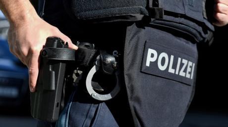Beamte der Kripo Neu-Ulm haben in Offingen einen gesuchten Mann festgenommen. Bei ihm fanden sie Drogen und eine scharfe Waffe.