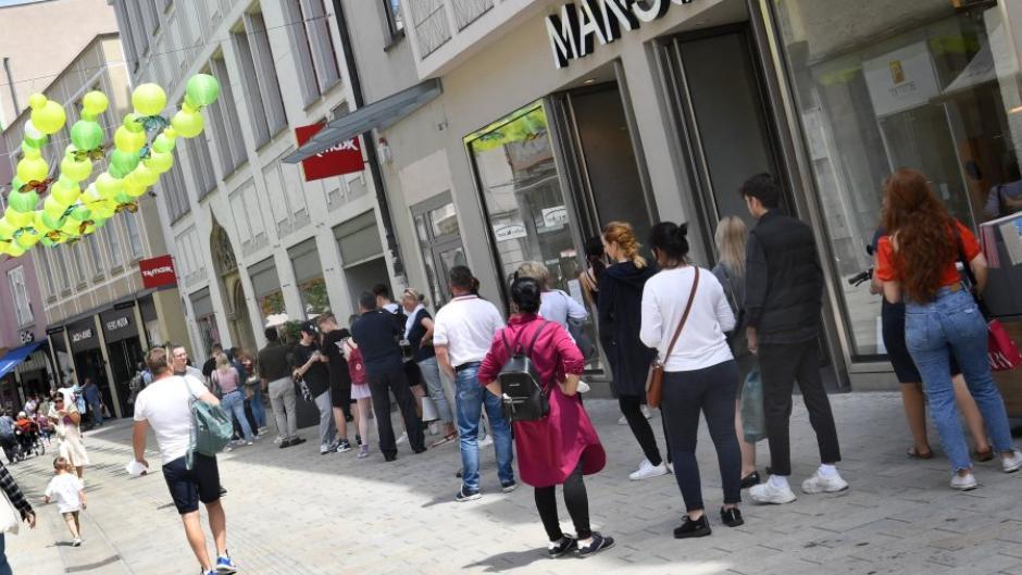 Monatelang war die Augsburger Innenstadt wie ausgestorben, jetzt kehren die Menschen zurück. Wegen der Corona-Regeln gibt es vor den Geschäften teils Warteschlangen.