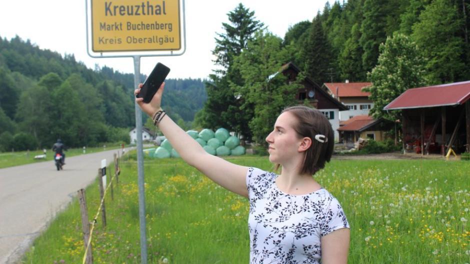 Die 17-jährige Johanna Hohl aus dem Kreuzthal hat in ihrem Heimatort keinen Handyempfang.