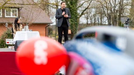 SPD-Generalsekretär Lars Klingbeil (rechts) im heimatlichen Heidekreis.
