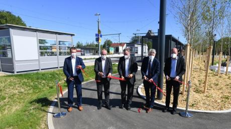 Sie schnitten bei der Einweihung des barrierefreien Bahnhofs in Gersthofen das symbolische rote Band durch: (von links) Klaus Dieter Josel, Michael Wörle, Hans-Peter Böhner, Hansjörg Durz und Martin Sailer.