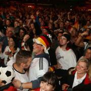 Beim Finale der Weltmeisterschaft 2014 zwischen Deutschland und Argentinien bejubeln Tausende auf dem Augsburger Stadtmarkt und in der Maxstraße den deutschen WM-Titel.