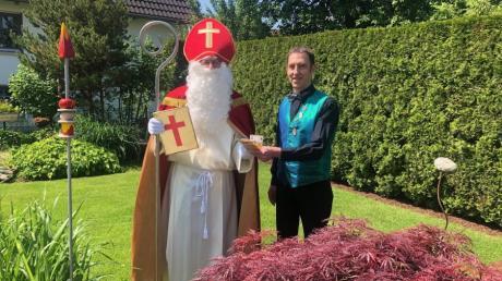 Ein Nikolaus im Sommer. Philipp Rogg von der Gersthofer Kolpingsfamilie nahm die Spende von Lechana-Vorsitzendem Jürgen Centmeier in Empfang.