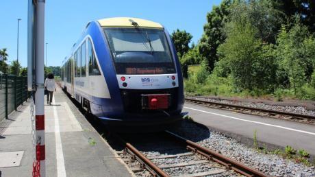 Die Paartalbahn wartet am Aichacher Bahnhof auf ihre Weiterfahrt.