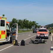 Kurz nach halb zwölf Uhr vormittags ereignete sich auf der Staatsstraße 2031 zwischen Illertissen und Bellenberg ein schwerer Motorradunfall.