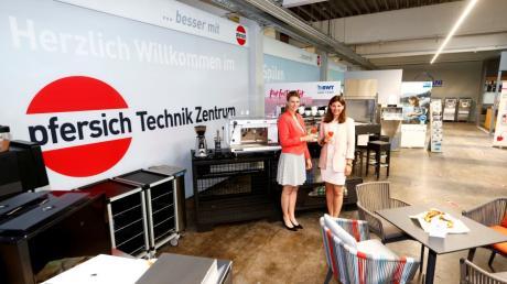 Julia (von links) und Viola Pfersich bei der Eröffnung des Pfersich Technikzentrums.